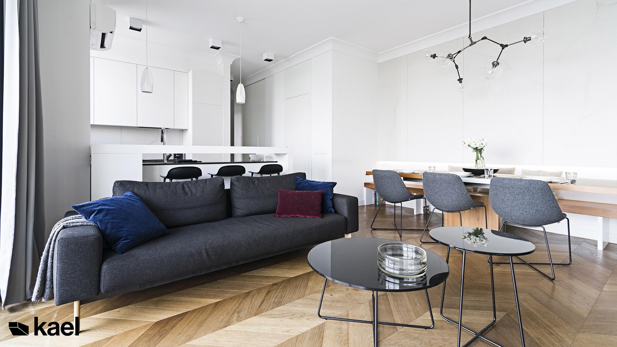 Salon z podłogą w jodełkę francuską