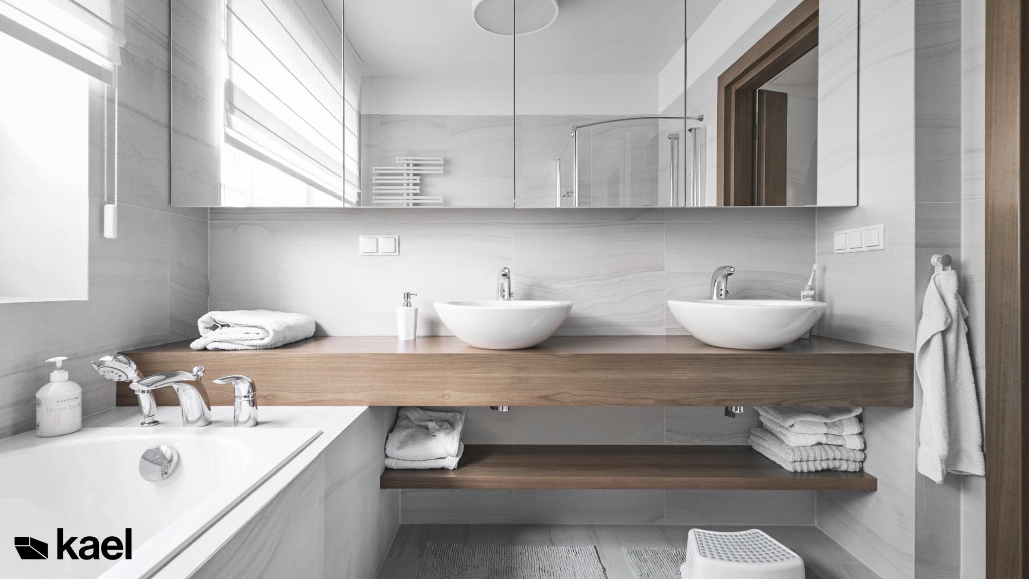 Łazienka z drewnianym blatem