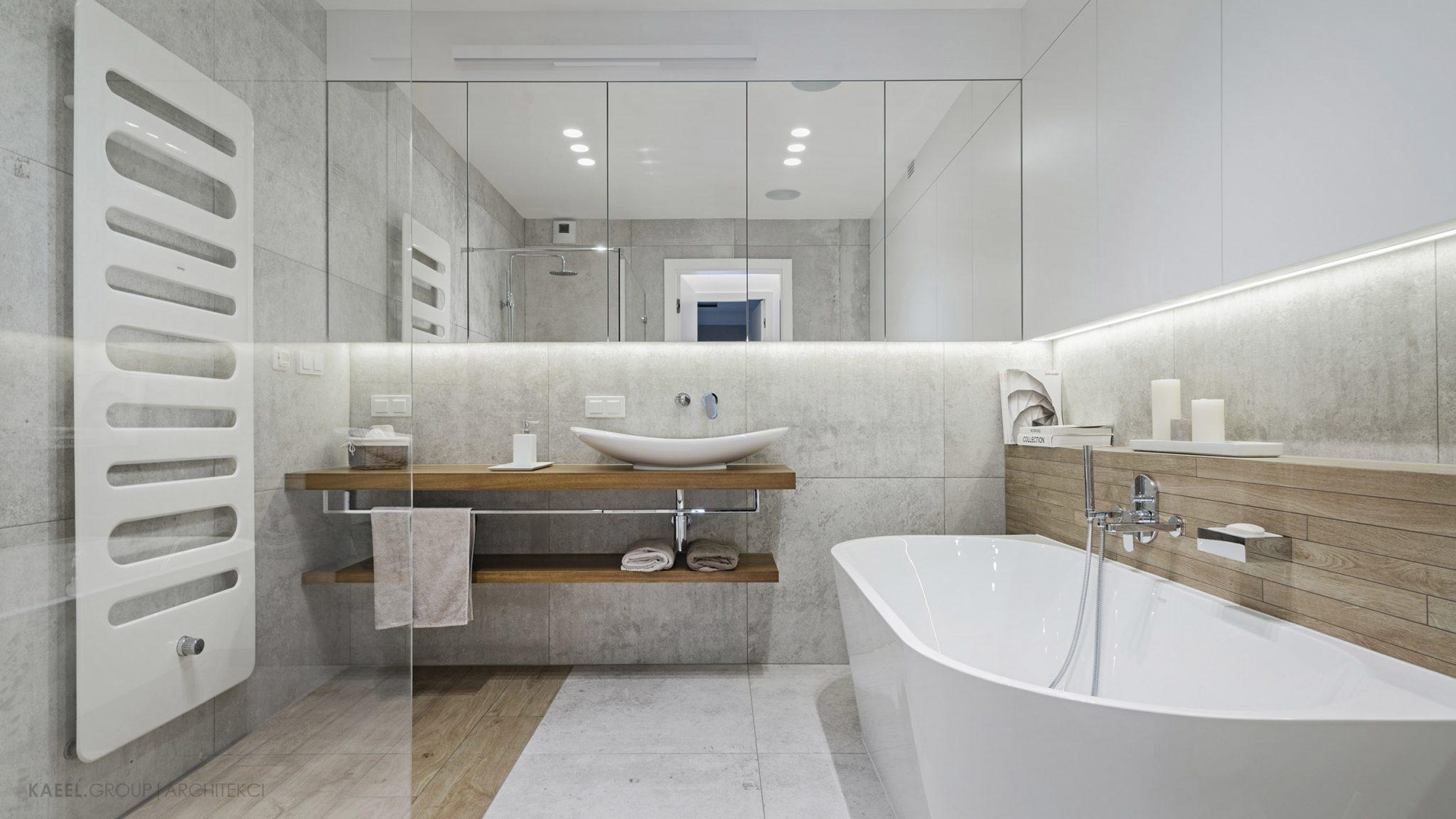Łazienka z wolnostojącą wanną
