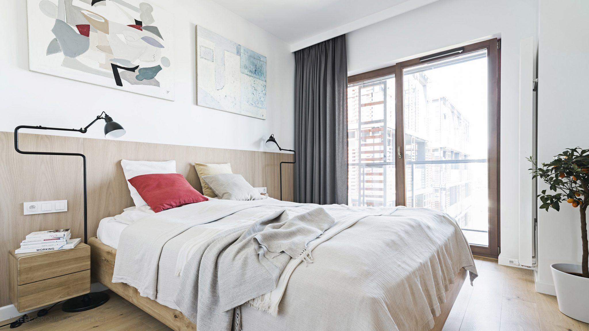 Sypialnia z obrazami Iwony Bilskiej