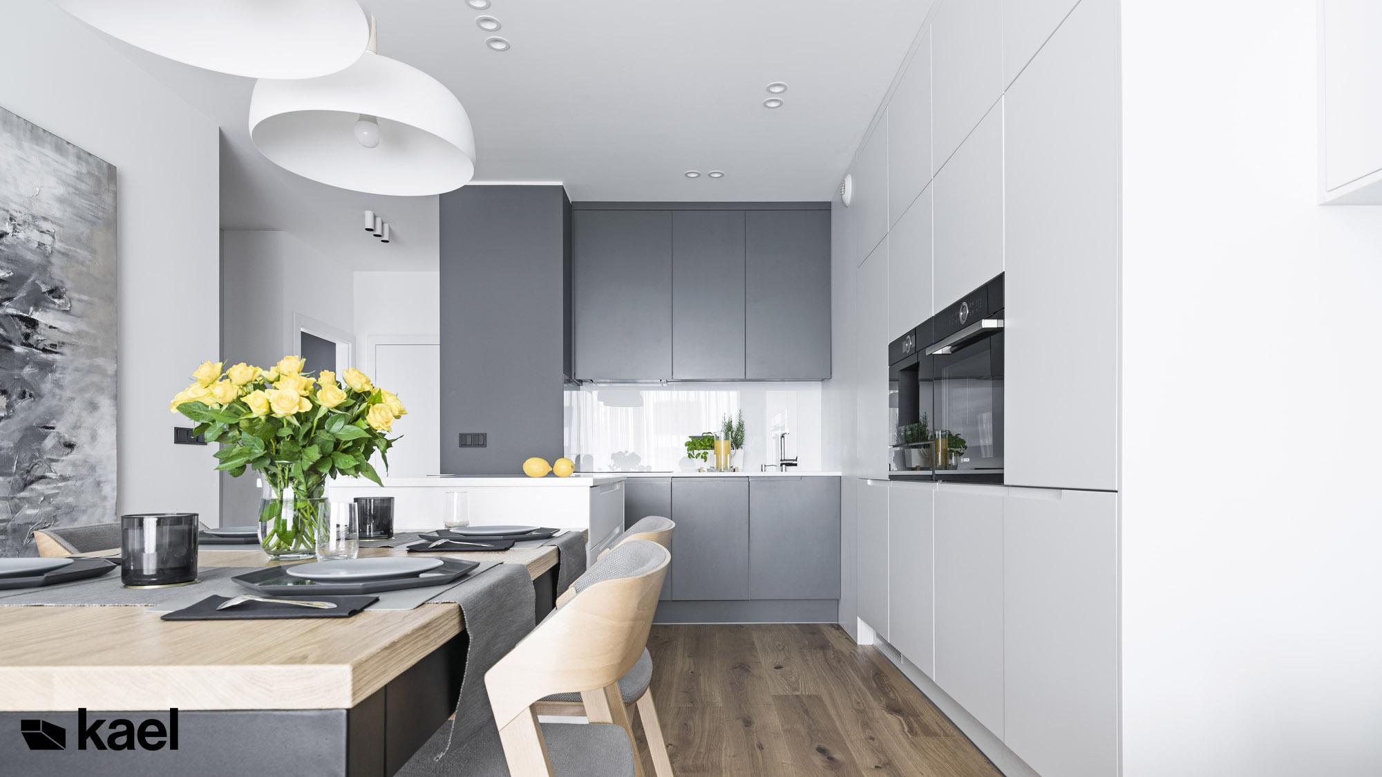 Minimalistyczna kuchnia w mieszkaniu.
