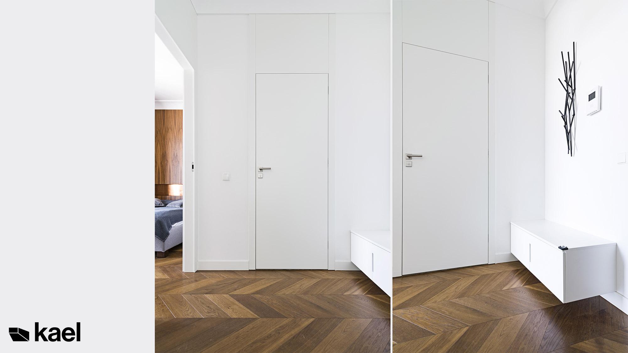 Przedpokój z białymi drzwiami do sufitu