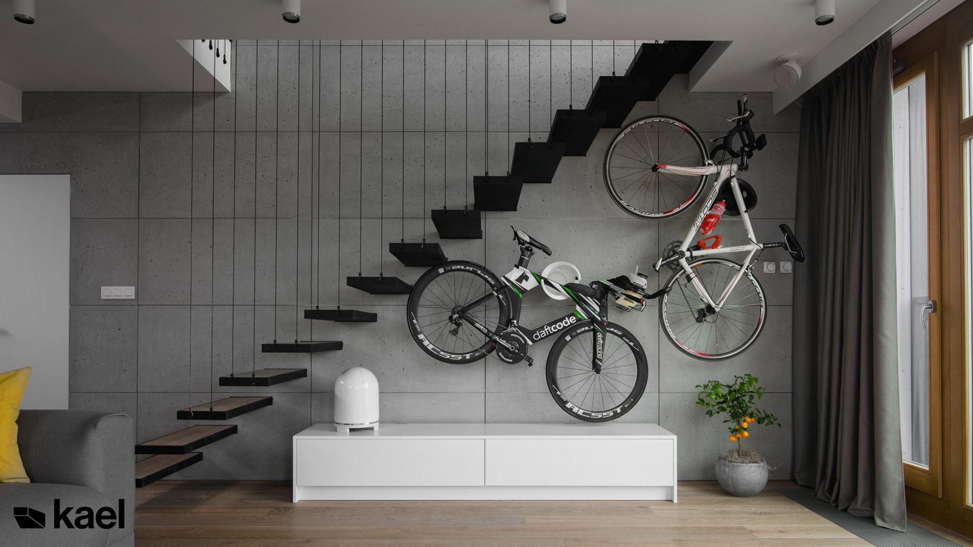 Rowery na scianie w salonie