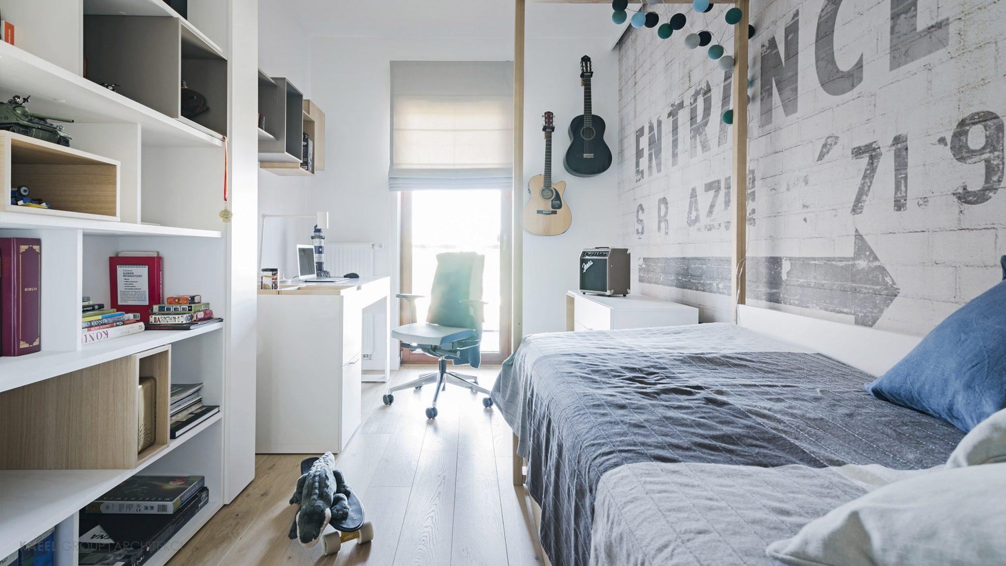 Pokój dziecięcy z wiszą gitarą