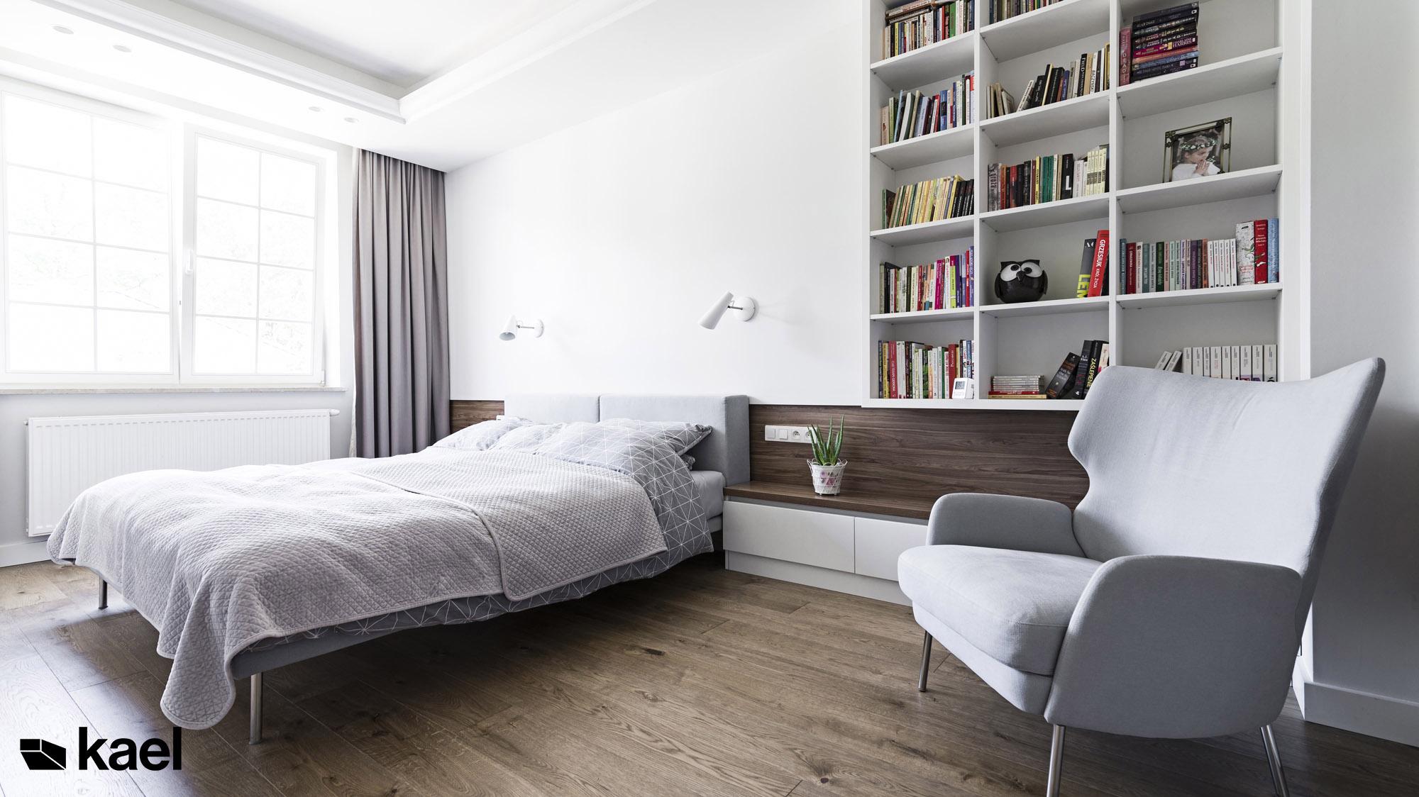 Jasna, przytulna sypialnia w projekcie Czerwonych Dębów
