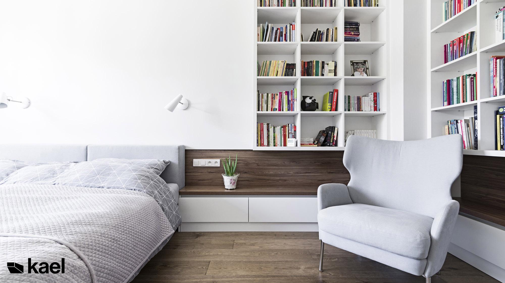Przytulna sypialnia - fotel i regał na książki