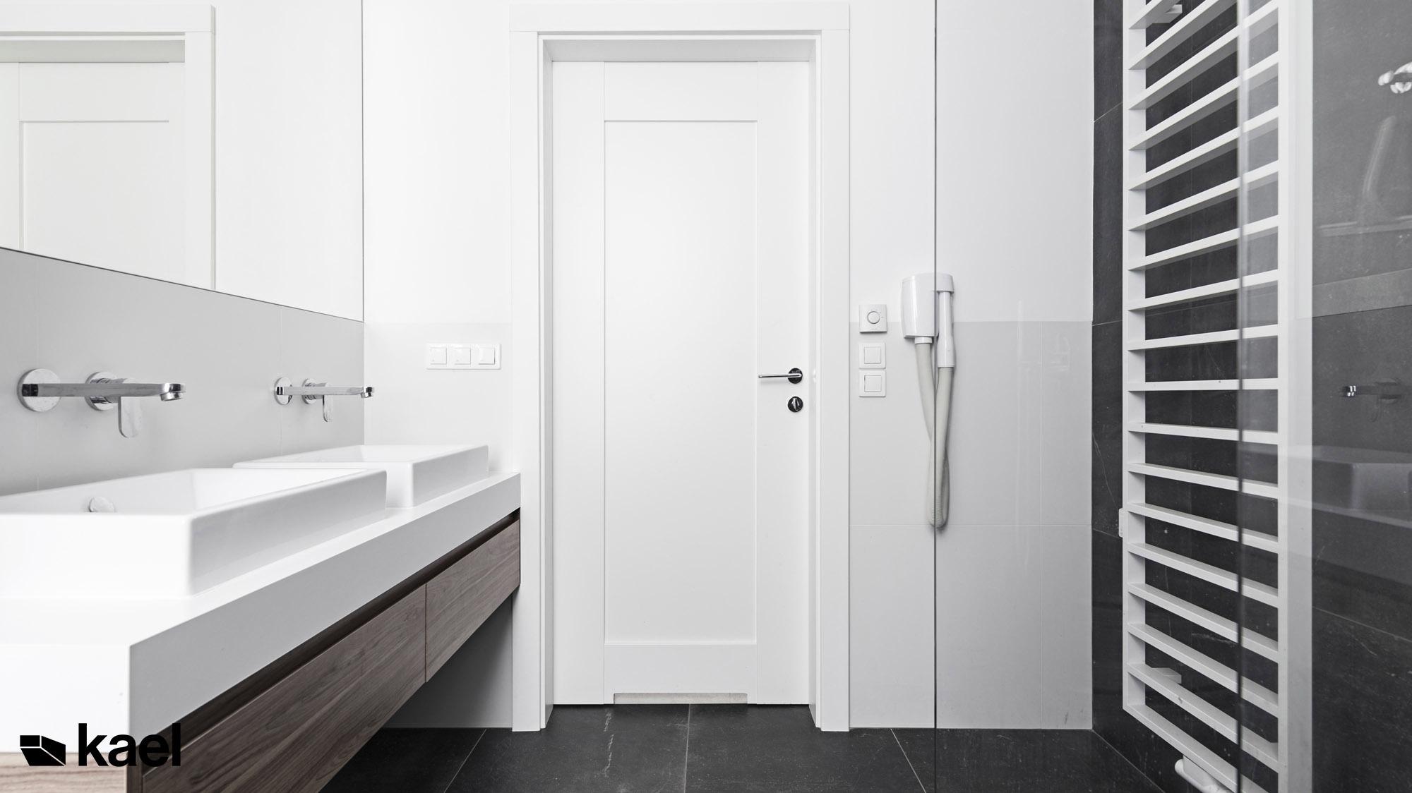 Łazienka, widok na drzwi - Czerwonych Dębów - projekt wnętrza domu jednorodzinnego