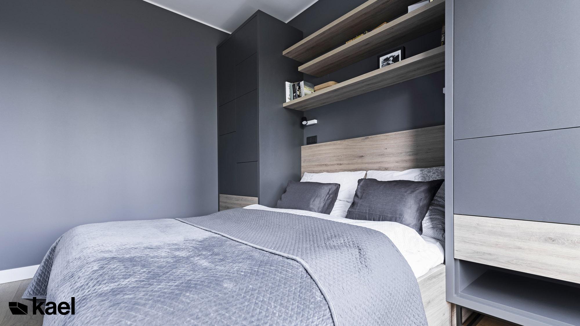 Półki nad łóżkiem w sypialni.