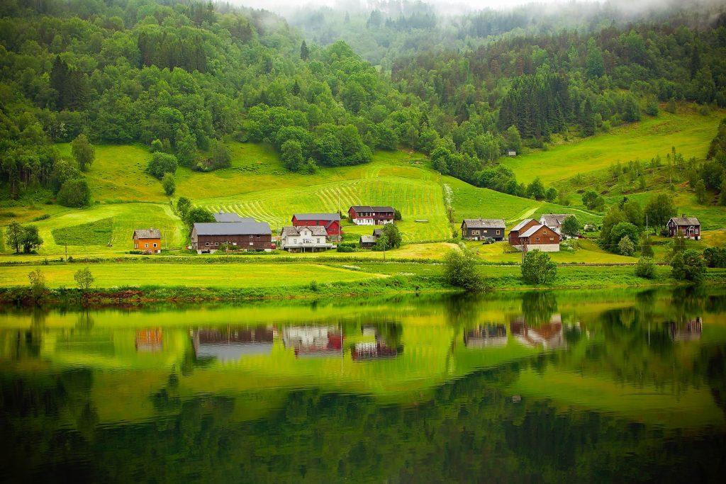 Architekci projektują domy nad jeziorami.